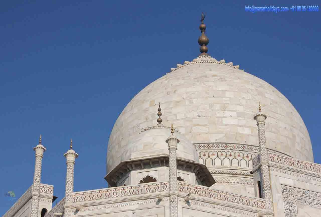 محسوما توج القبة الرئيسية التي مستدقة مذهبة أو محسوما يوفر محسوما مثال واضح على التكامل بين العناصر الزخرفية ا Taj Mahal Taj Mahal India Wonders Of The World
