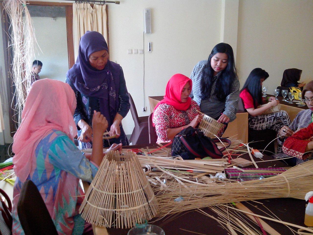 Instruktur BBKB menyampaikan materi saat kegiatan praktek pelatihan Kerajinan Lidi dan Kiray . Kerjasama Disperindag Prov Banten & BBKB 26/05/15