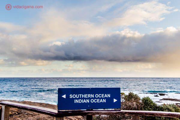 Entre Margaret River, Austrália e Albany, Austrália, fica o Cape Leeuwin, um cabo no ponto mais ao sudoeste da Austrália, onde o Oceano Índico se encontra com o Antártico. O céu está nublado, com umas tonalidades alaranjadas.