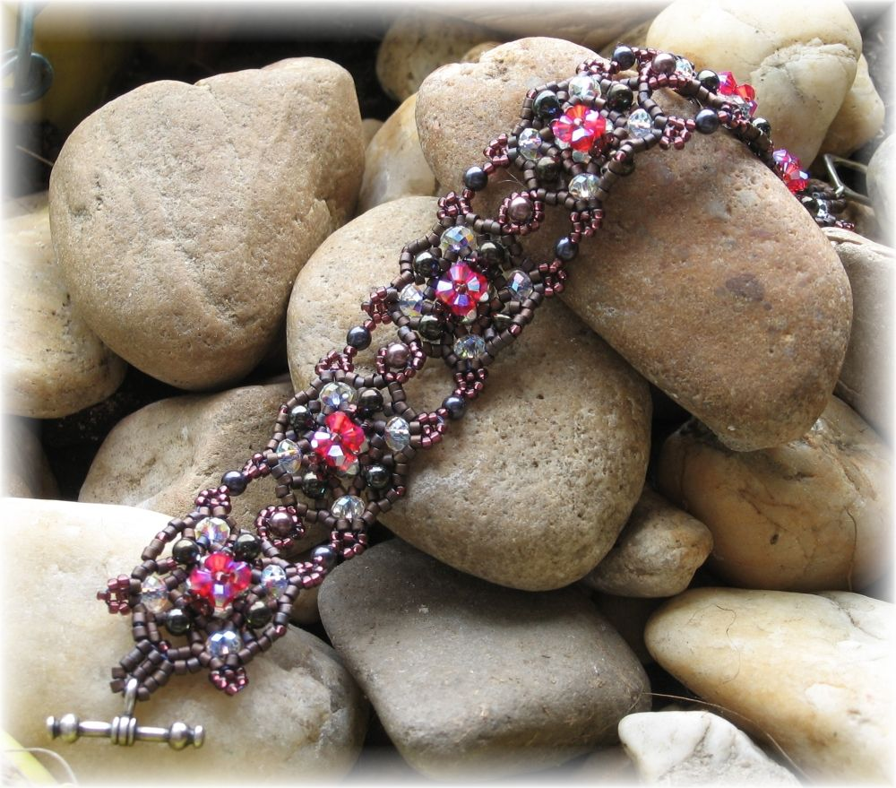 Odd choice of colors, but this is a pretty design.  TUTORIAL:  Sweet Romance Beaded Bracelet