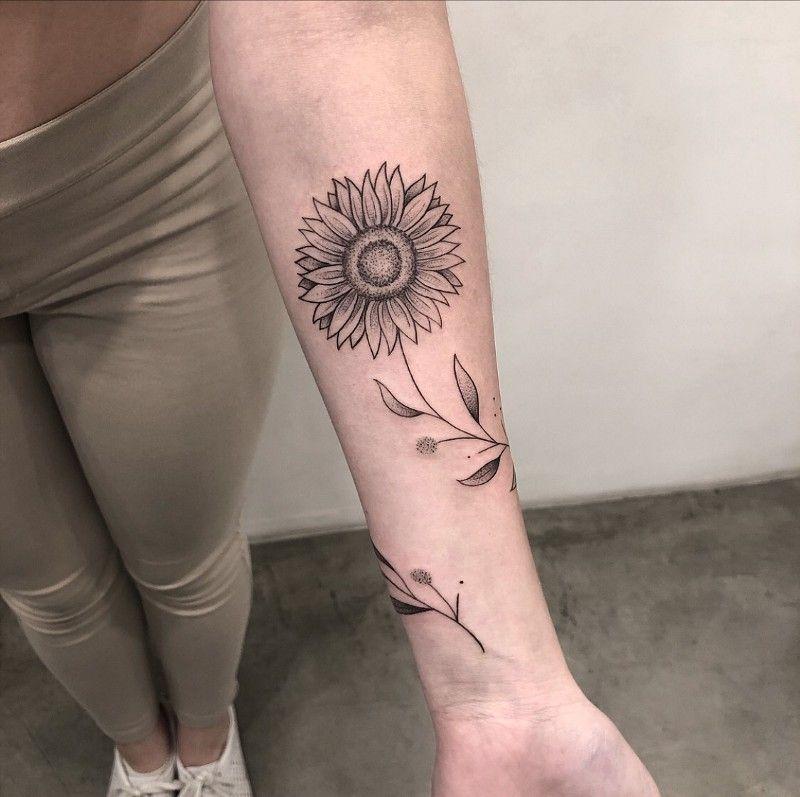 Tatuagens florais em blackwork e fineline: um fenô