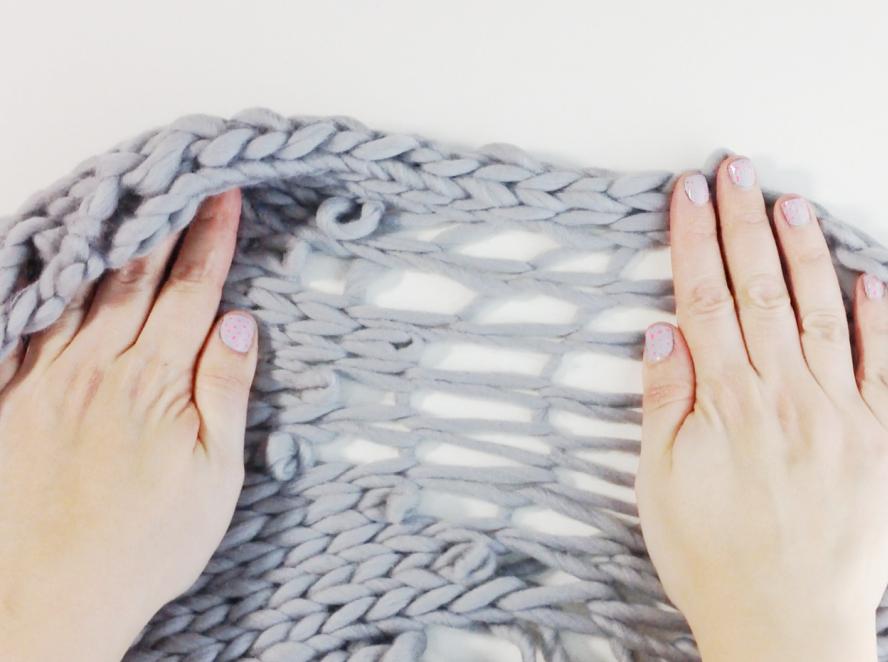 Bufanda mágica por la manera en la que vuestra prenda de lana, una vez tejida, va tomando forma de bufanda a medida que estiras los puntos y se van soltando.Tan solo tenéis que tejer la mitad de las vueltas y estirar para que vuestra bufanda crezca el doble