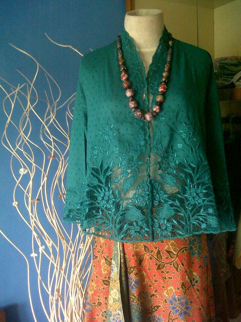 bordir karanjang. kebaya muslim …   Batik kebaya, Kebaya ...