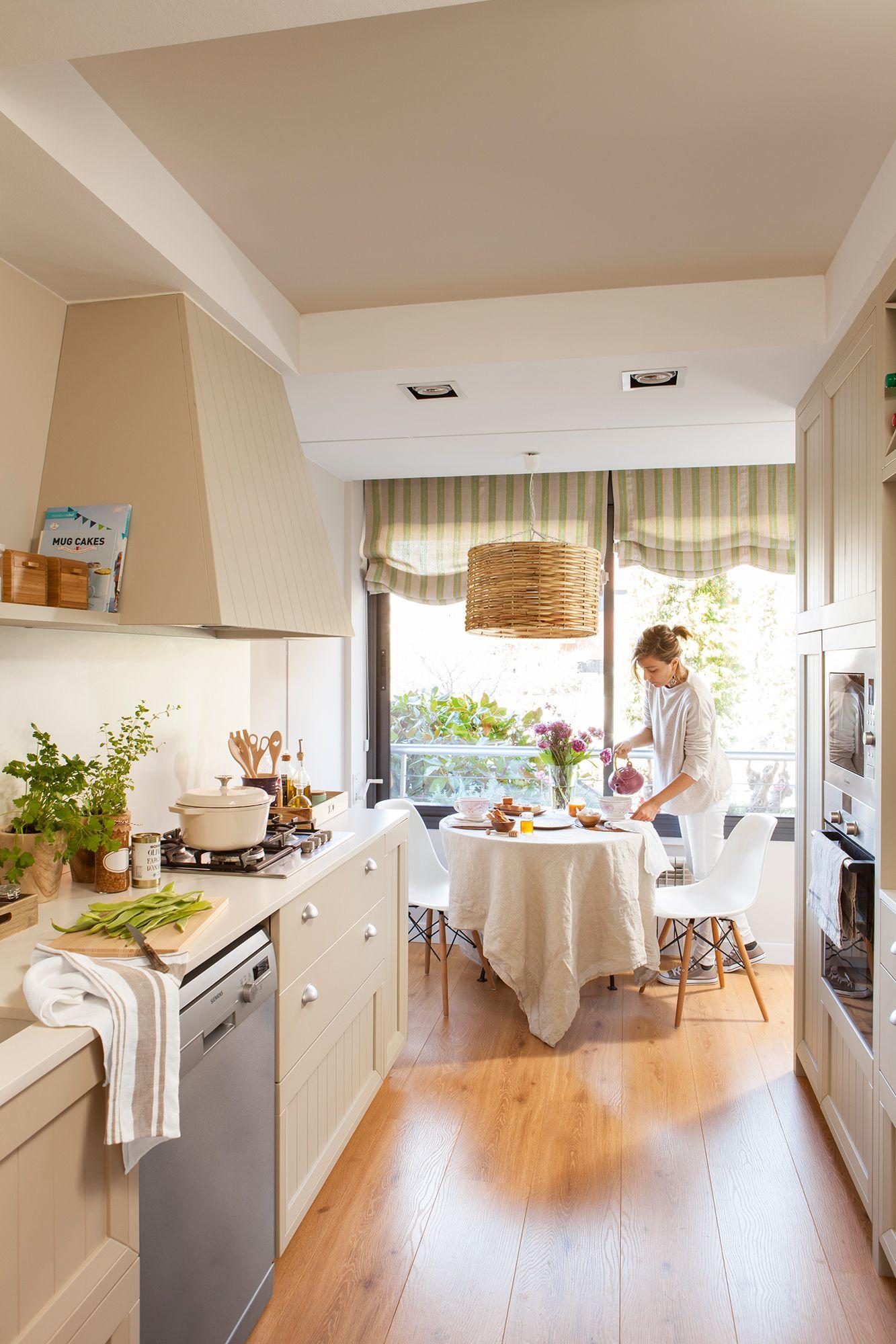 Cocina en dos frentes paralelos, con comedor al fondo y gran pared ...