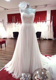 Dieses Charmante Brautkleid In Der Trendfarbe Blush Mit Fliessendem