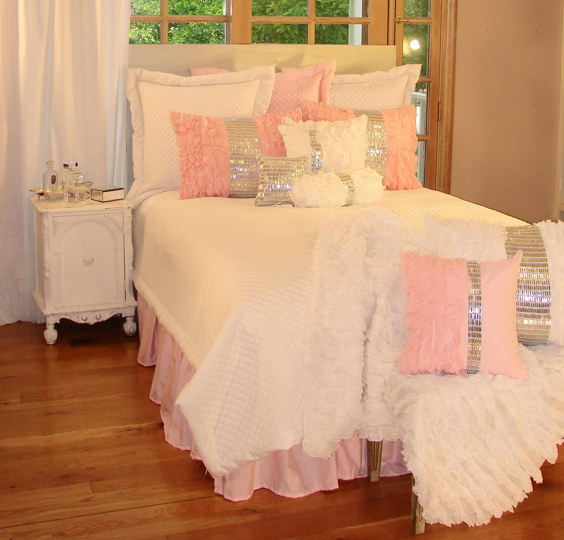 12 Perfect And Calming Bedroom Ideas For Women: Glitz And Glamour Pink Bedding