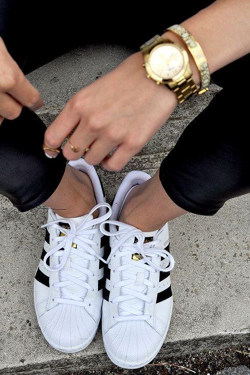 buy popular 1e5b9 6a6c9 ... abierta de jean, accesorios dorados, y los mejores zapatos deportivos  del mundo.   24 Pruebas de que una mujer puede vivir solo con un par de  Adidas