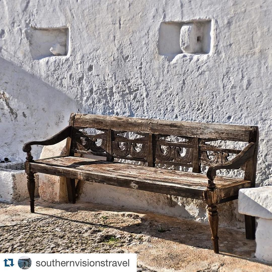 #Repost @southernvisionstravel Pure light and shadow #southernvisions #weareinpuglia #igersitalia #sunlight #shadow #bench #panchina #masseriatorrecoccaro #luce #riflessi #antico #legno