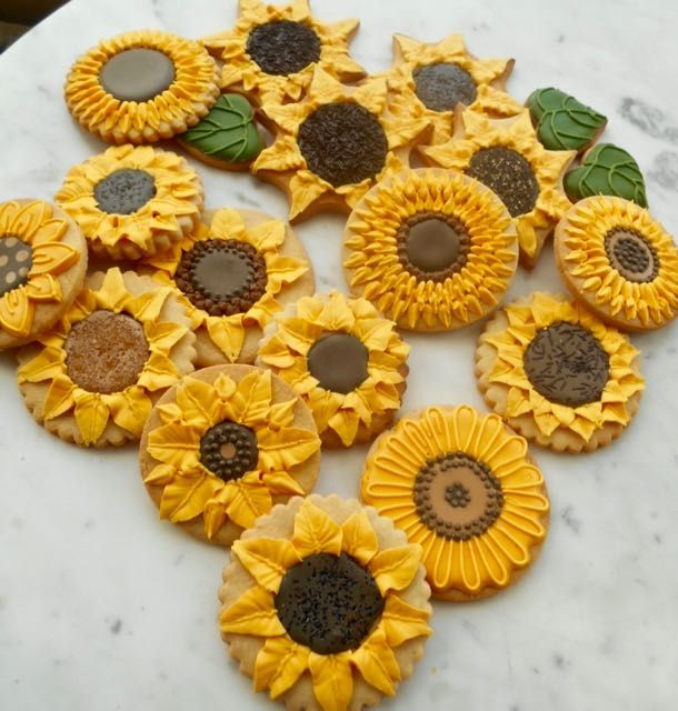Sunflower biscuits (1) | Biscuit wedding favours, Iced biscuits ...