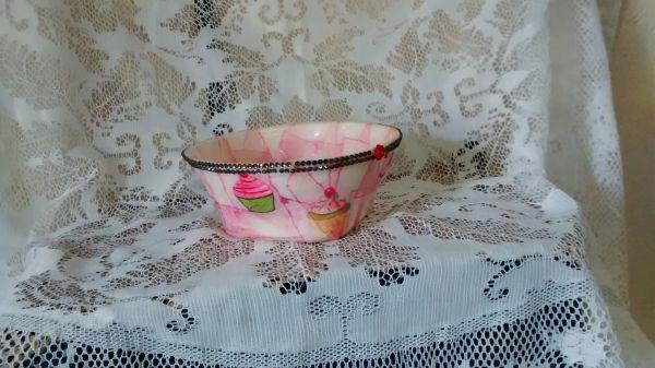 Cumbuca de material reciclado: isopor e filtro de café. Uma bela peça com decoupage de cup cake. Todo rosa. Utilizado também para porta trecos.