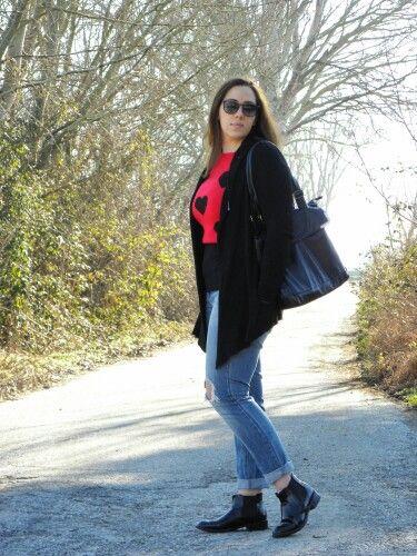 New on #angieclausblog Una maglia rossa con cuori neri #sheinside #sweater #pull #sunglasses #Rayban #newpost #newoutfit #fashion #fashionblogger #italianfashionblogger