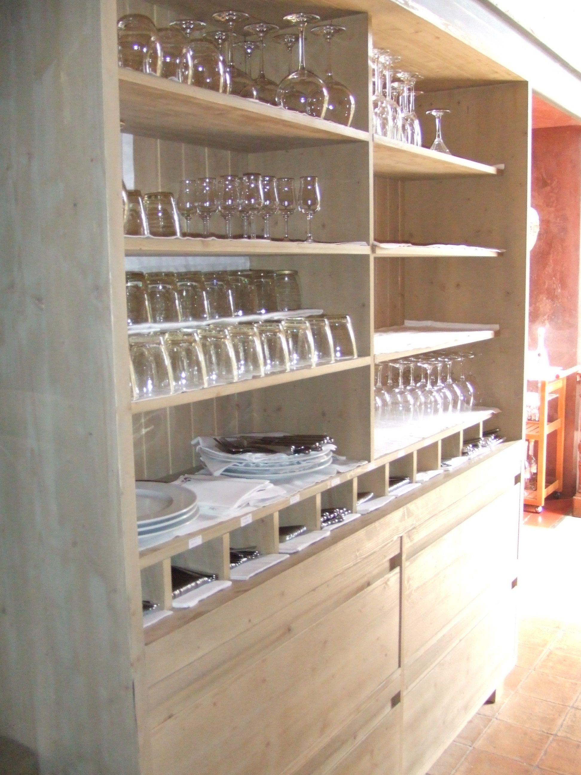Servies-, bestek-, glazenkast, ontwerp voor Castel d´Emporda in la Bisbal. Spanje