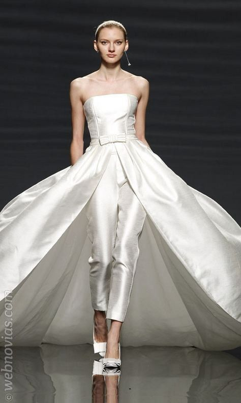 6dd993bcdd Traje de novia de pantalón desmontable de Rosa Clará.