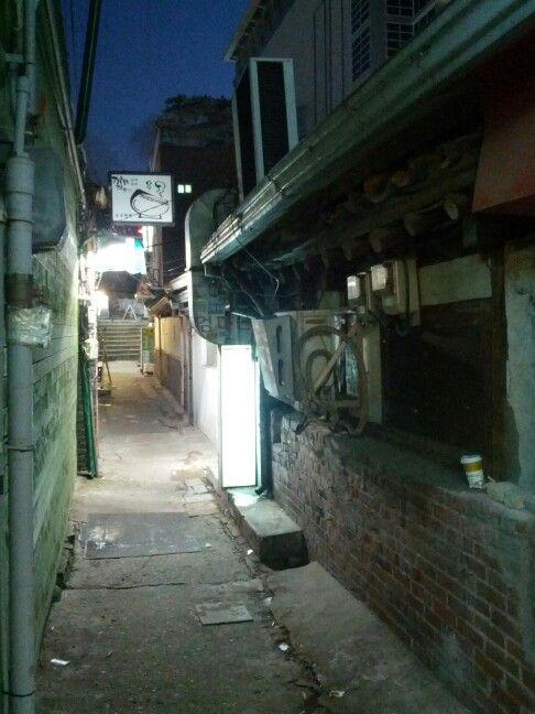 골목   a backstreet, an alley