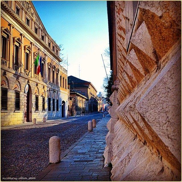 Prospettive ferraresi. La #PicOfTheDay #turismoer di oggi attraversa Corso Ercole I d'Este in un soleggiato pomeriggio invernale. Complimenti e grazie a @nicole_pasini / #Ferrara's perspectives. Today's #PicOfTheDay #turismoer crosses Ercole I d'Este Avenue in a sunny winter afternoon. Congrats and thanks to @nicole_pasini