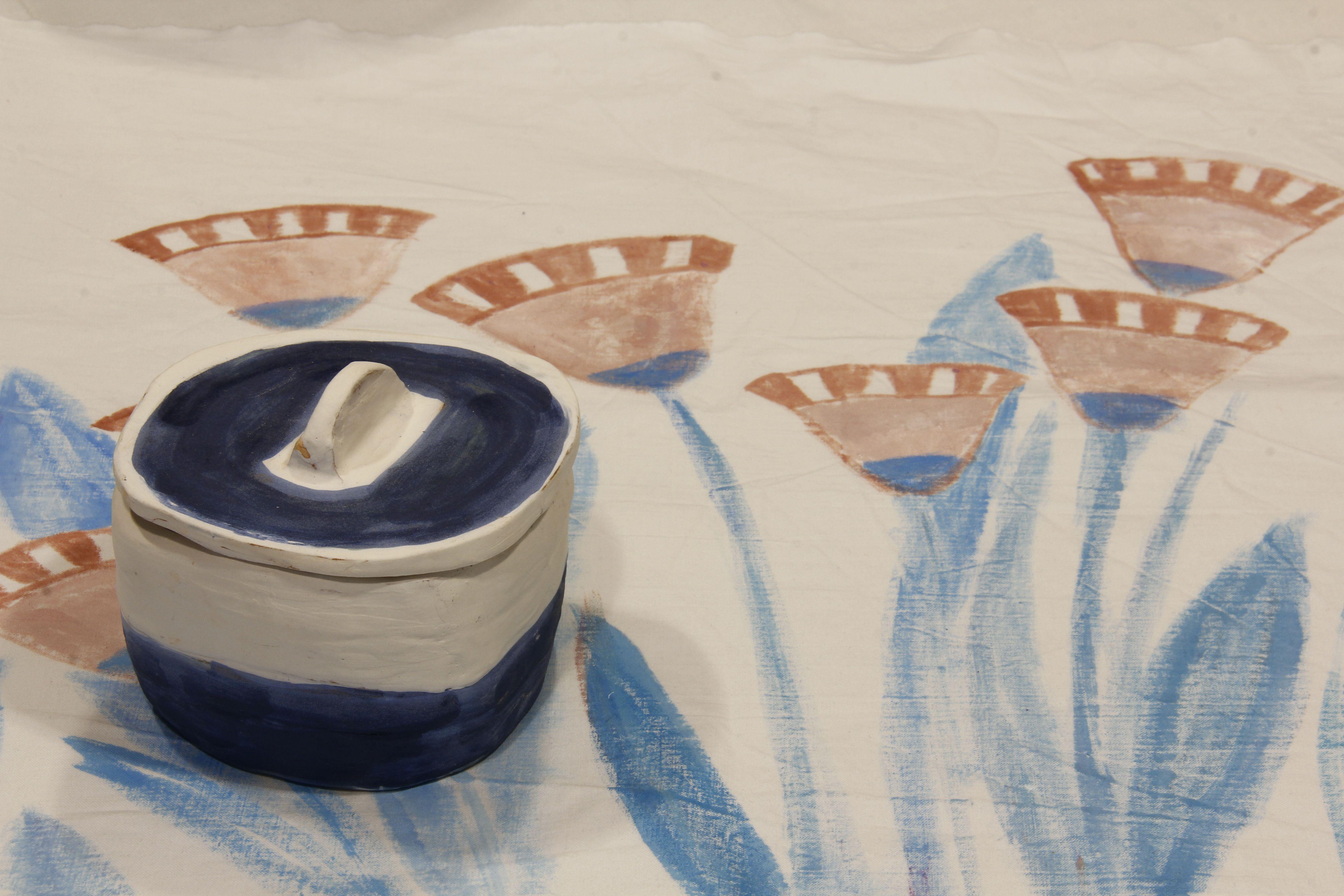 Cajita de cerámica sobre tela pintada a  mano