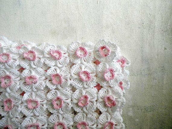 Copertina per culla con fiori in cotone rosa e bianca fatta a mano