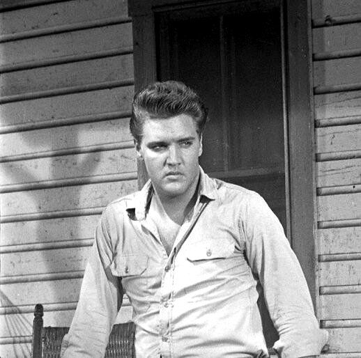 Elvis between takes on the set of the movie Follow that dream , summer 1961