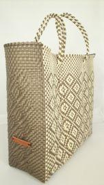 Hippe shopper L beige. Deze handgemaakte ibiza stijl bohemian chique hippe shopper - tas is uniek en een lust voor het oog.  De hippe shopper is van gerecycled kunststof en daarom water resistent, licht gewicht, kleurvast, hip en duurzaam.
