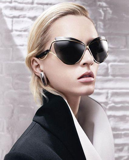 Óculos de sol estão entre os acessórios mais queridos da contemporaneidade.  Símbolo de modernidade, eles também protegem os olhos do sol. Confira as ... d4c2c74668
