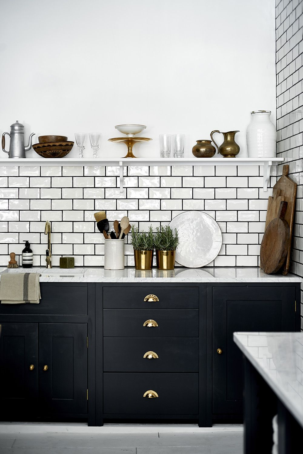 Spritzwand Für Küchen Our Suffolk Kitchen Painted In Charcoal With Brass Handles