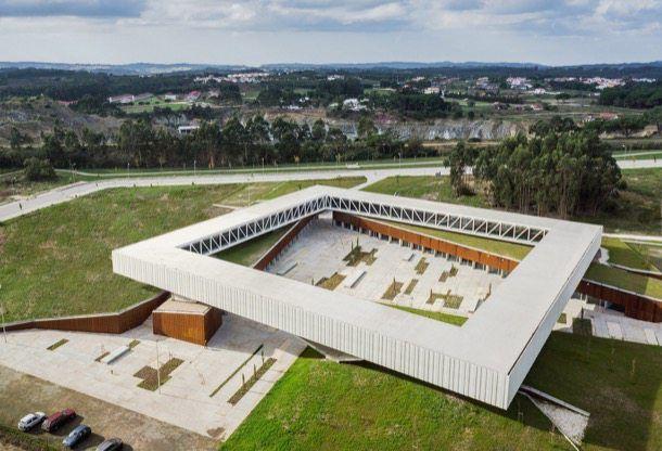 Fotos y planos del edificio principal del Parque Tecnológico de Óbidos en Portugal. Es una especie de claustro elevado, con oficinas para jóvenes empresas.