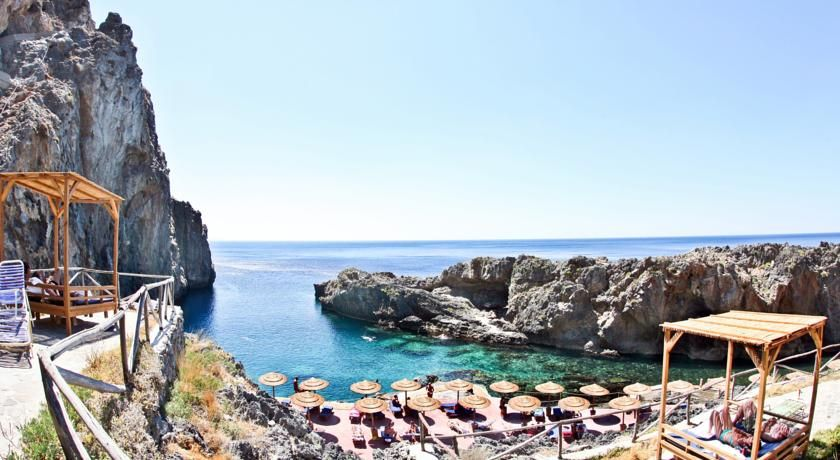 DKK272 Det traditionelt byggede Kalypso Cretan Village er omgivet af frodige grønne områder og ligger roligt ved stranden i Karavos.