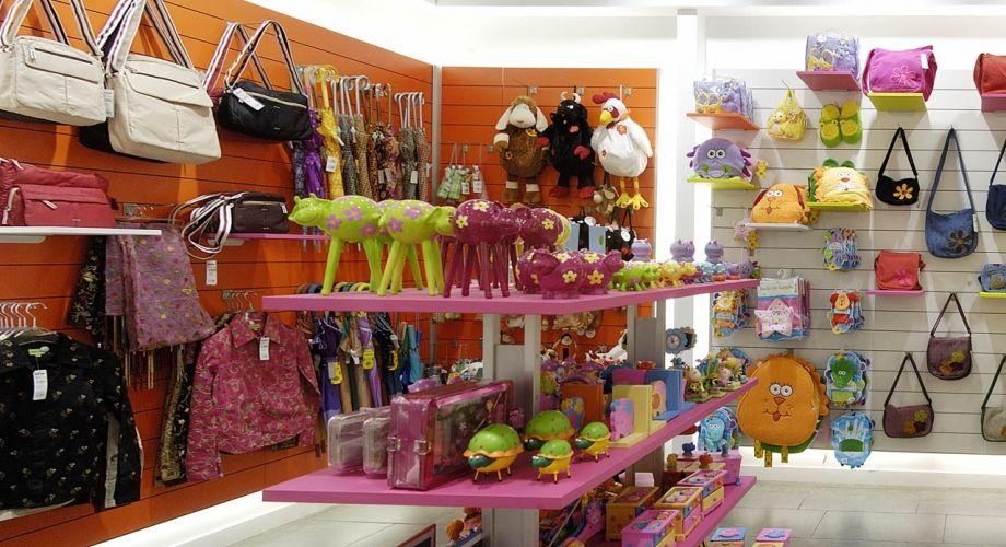 Esta tienda es muy simple se ayuda de enganches para - Articulos de decoracion ...