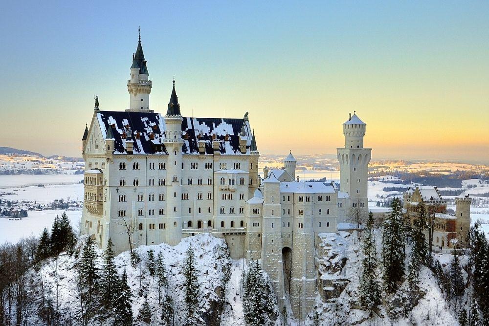Zu Besuch Von Schloss Neuschwanstein Im Winter Blick Von Der Marienbrucke Neuschwanstein Castle Germany Castles Places To Visit