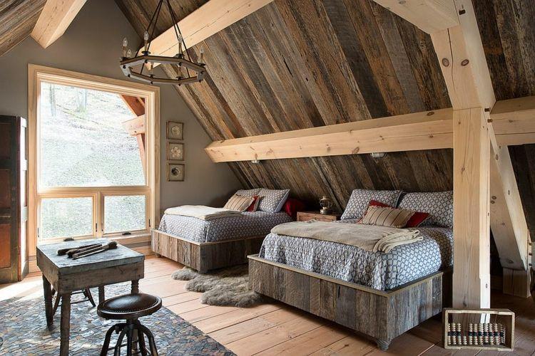 Künstlerische Atmosphäre Unter Der Dachschräge Holzwand