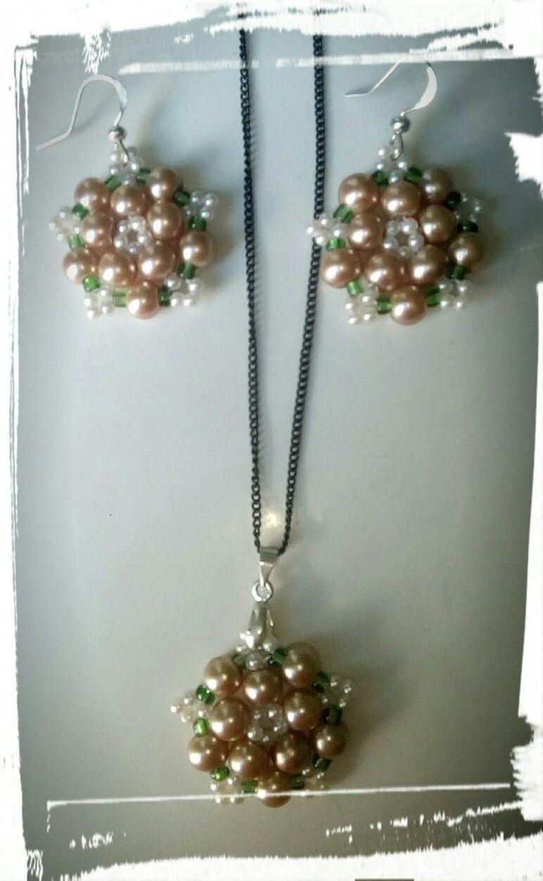 f0605b9922dd Juego de collar y aretes tejidos en perlas y mostacillas
