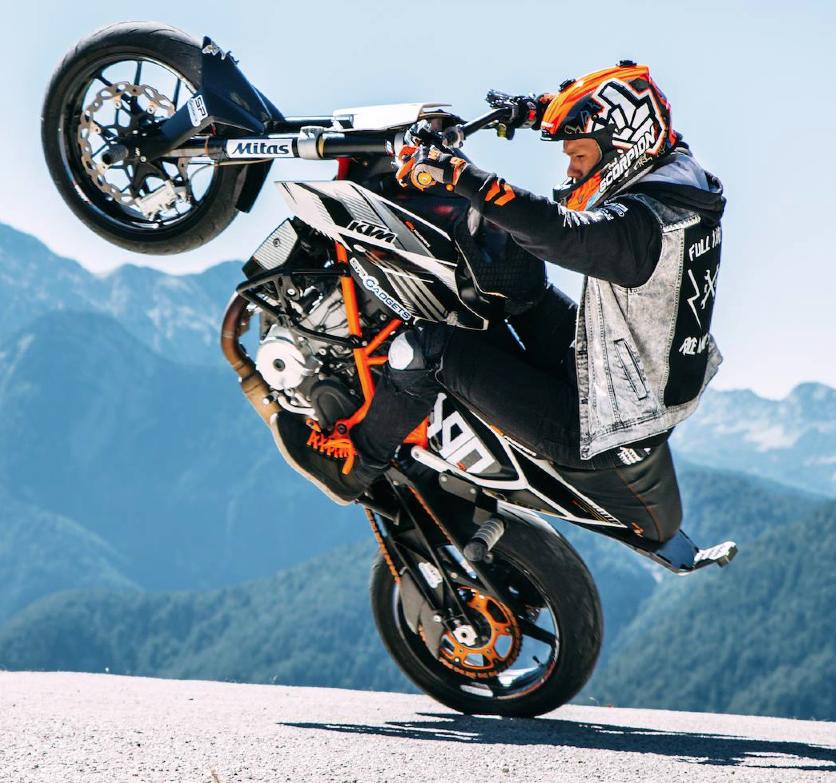 Rok Bagoros Stunt Rider Sulla Sua Ktm Duke 690 Con Le Sneakers
