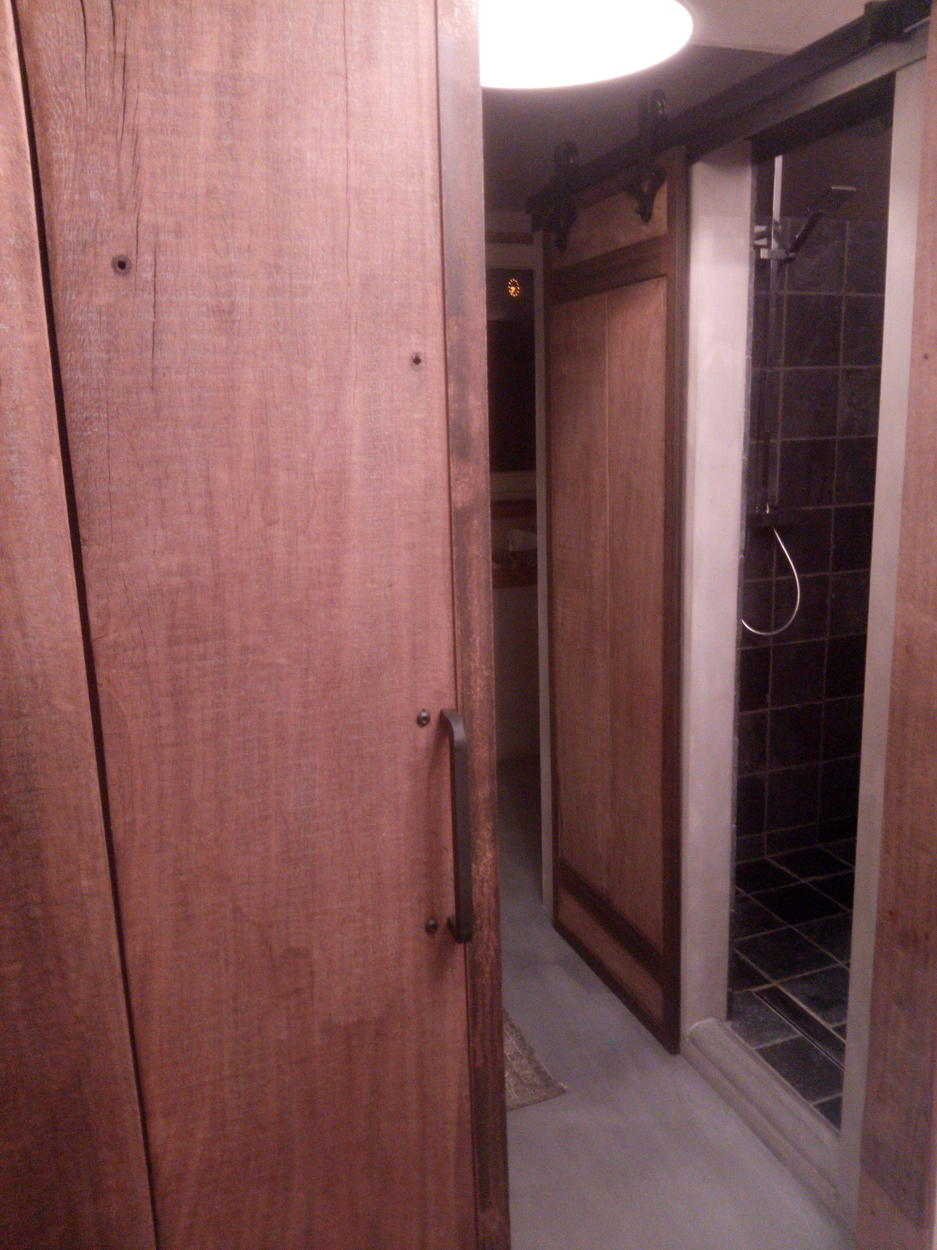 stoere barndoor / schuifdeur voor de badkamer   badkamer   Pinterest