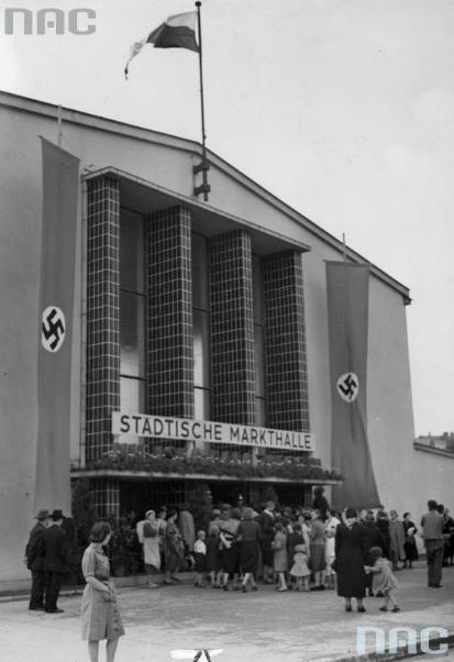 Kraków - ciekawostki, tajemnice, stare zdjęcia ·   Tłum ludzi przy wejściu do Hali Targowej w październiku 1940 roku.  Fotografia ze zbiorów Narodowego Archiwum Cyfrowego.
