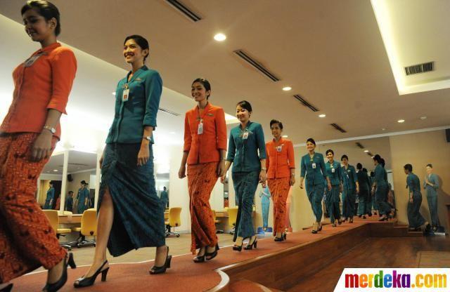 Setiap Tiga Bulan Garuda Indonesia Mendidik Para Calon Pramugari Secara Reguler Dengan Masa Pendidikan Selama 3 Bulan Pramugari Wanita Pakaian