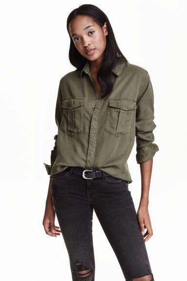 Une chemise kaki Chemise Kaki Femme, Chemisier, Chemises Brodées, Femme  Style, Looks 27098122d067