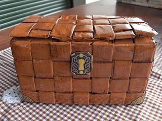 Cofre hecho con una caja de campurrianas y tiras de papel.