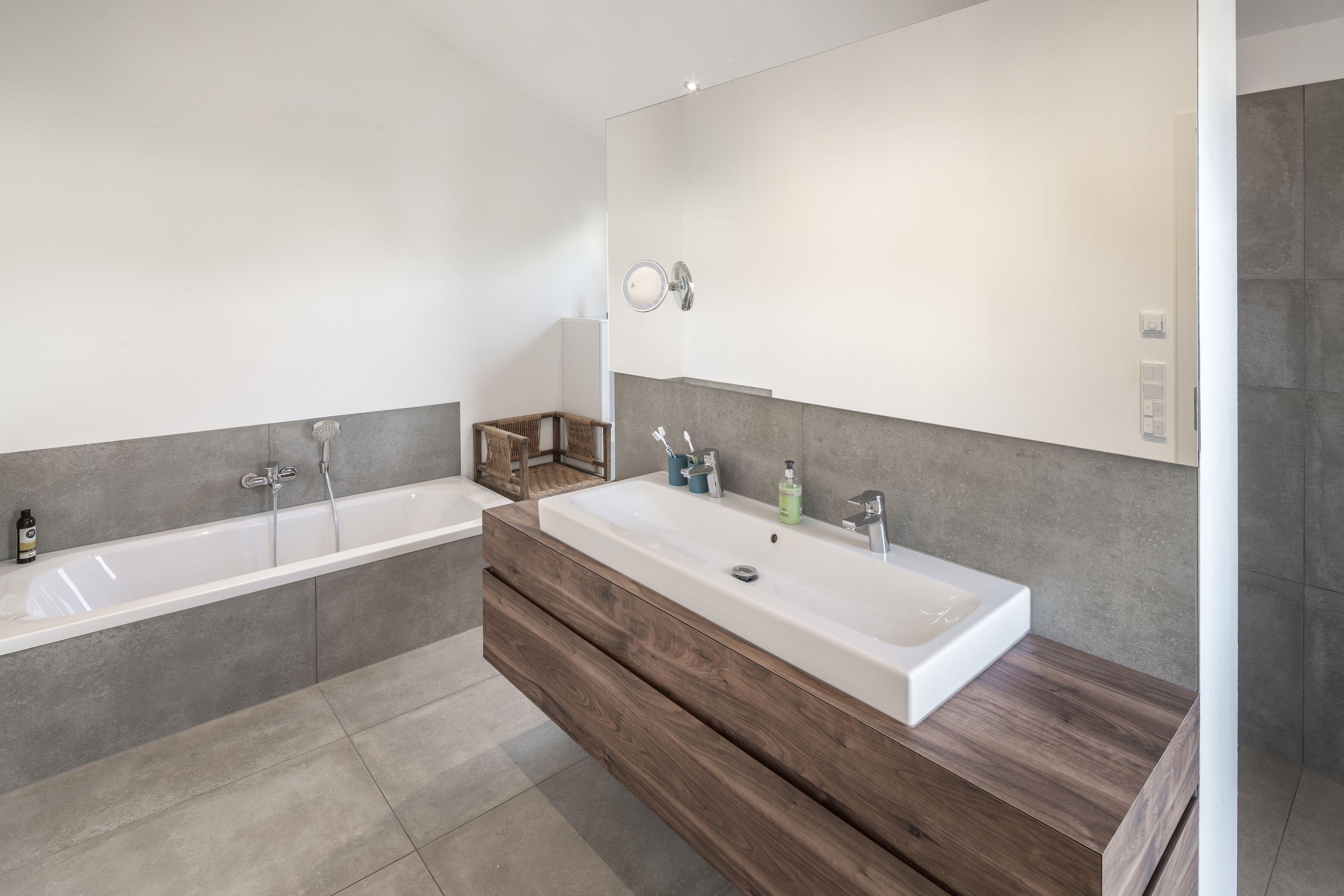 Das Moderne Bad Die Wellnessoase Im Eigenen Haus In 2020 Badezimmer Badezimmerwaschtisch Haus