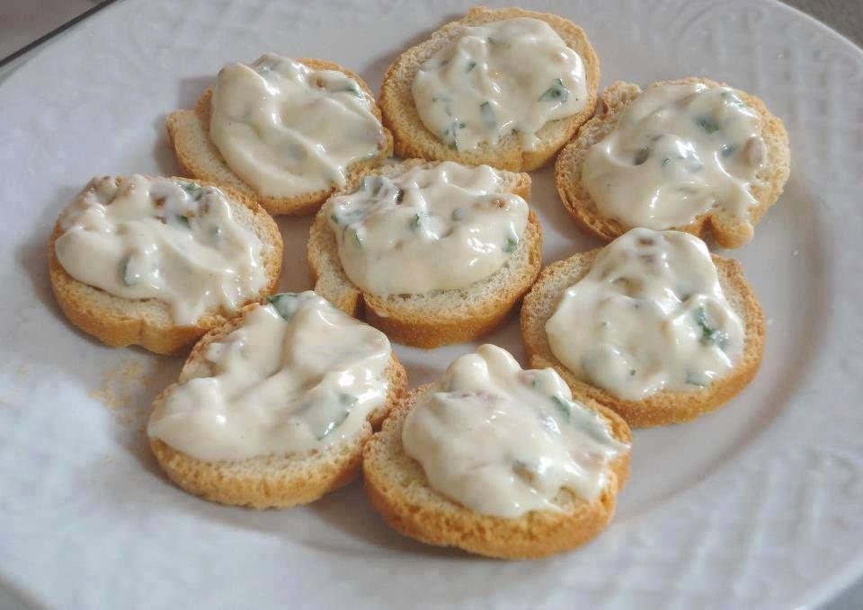 Ingredientes 1 cebola media 1 alho pequeno 1 pacotinho de queijo ralado (Vigor) 1 pote de maionese 1 caixinha de creme de leite 2 colheres...