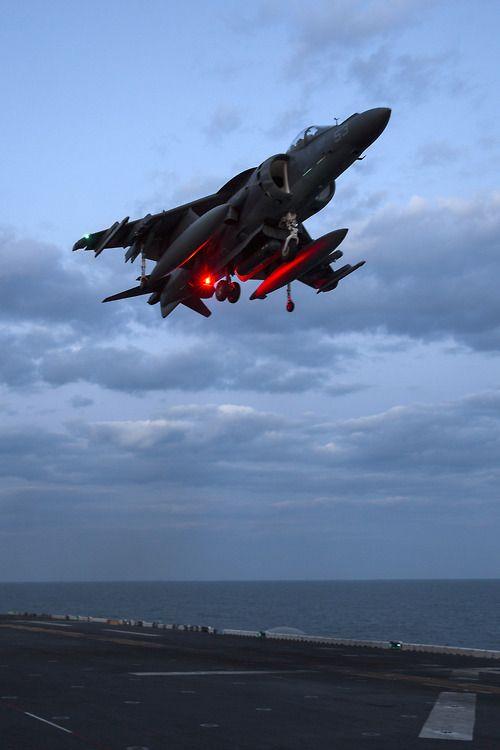 AV-8B Harrier II (version americano-britannique)   Le Harrier est le premier avion mis en service qui soit capable de décoller et d'atterrir verticalement.