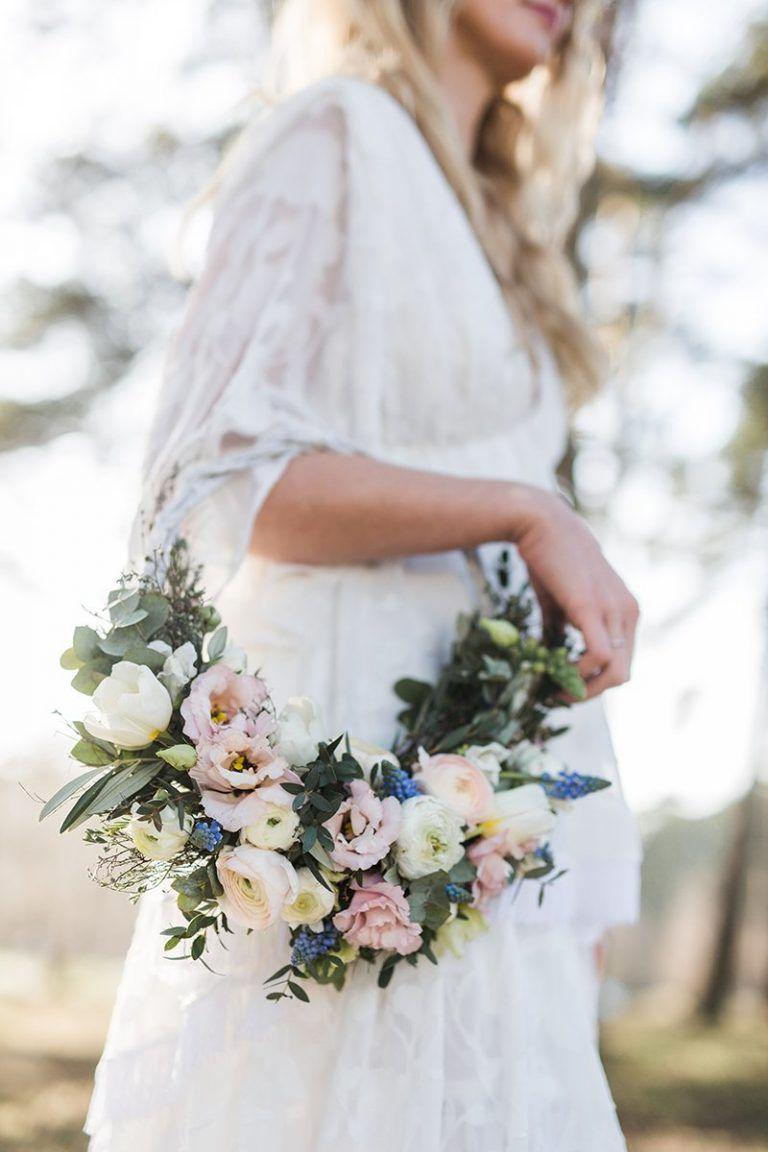 2bf8eb977eff Los aros de flores son la alternativa más bonita a los ramos de novia ·  Princesas de Paloma Barba · Maquillaje   Peinado   Tocados de novia