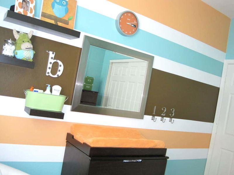 Farebné pruhy môžete na stenu namaľovať pomocou pásky alebo šablóny na to určenej.