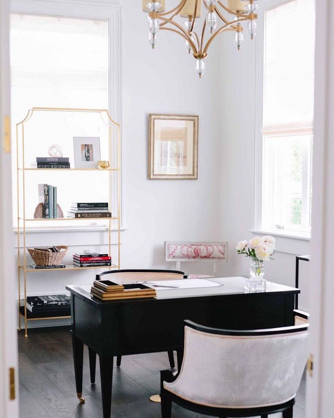 When Joliepaints Lisarickert Set Out To Design The Office Space In Her New Orleans Home She Had Two Words In Min In 2020 Chic Office Design Elle Decor Home