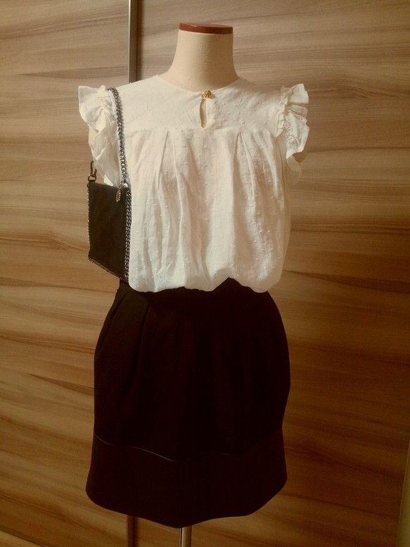 ドットを織りこんだ柔らかいコットン生地をシャツに仕上げました。袖のフリルはたっぷり。ふわっと広がるシルエットです。|ハンドメイド、手作り、手仕事品の通販・販売・購入ならCreema。