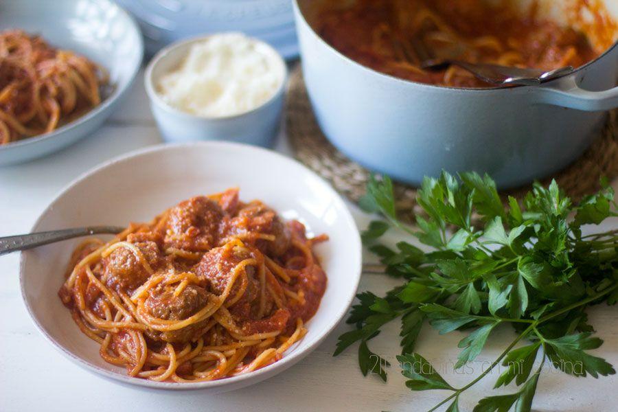2Mandarinas en mi cocina: Espaguetis con albóndigas y tomate frito en cocotte