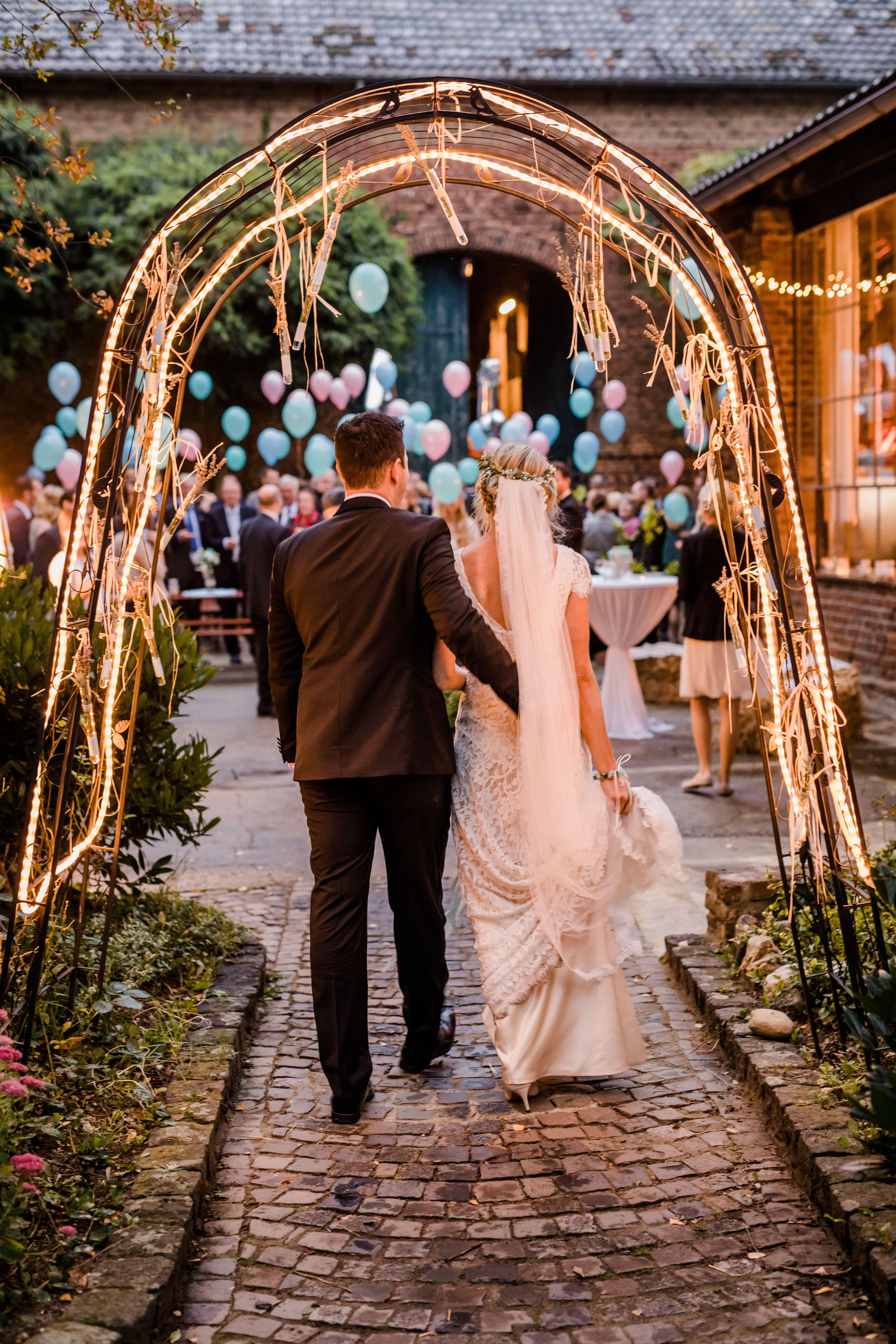 Statt Scheunenhochzeit Vintage Traum Wasserburg Geretzhofen Als Hochzeitslocation Bei Koln Realwedding Scheunenh In 2020 Hochzeit Scheunen Hochzeit Hochzeit Location