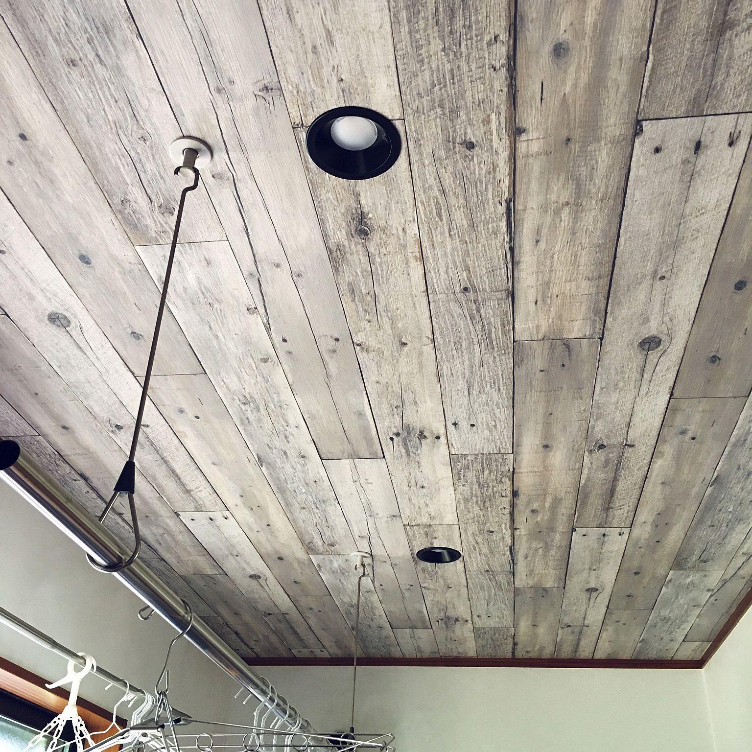 Sangetsu / downlight noir / IKEA rideau rail / papier peint similibois / plafond…