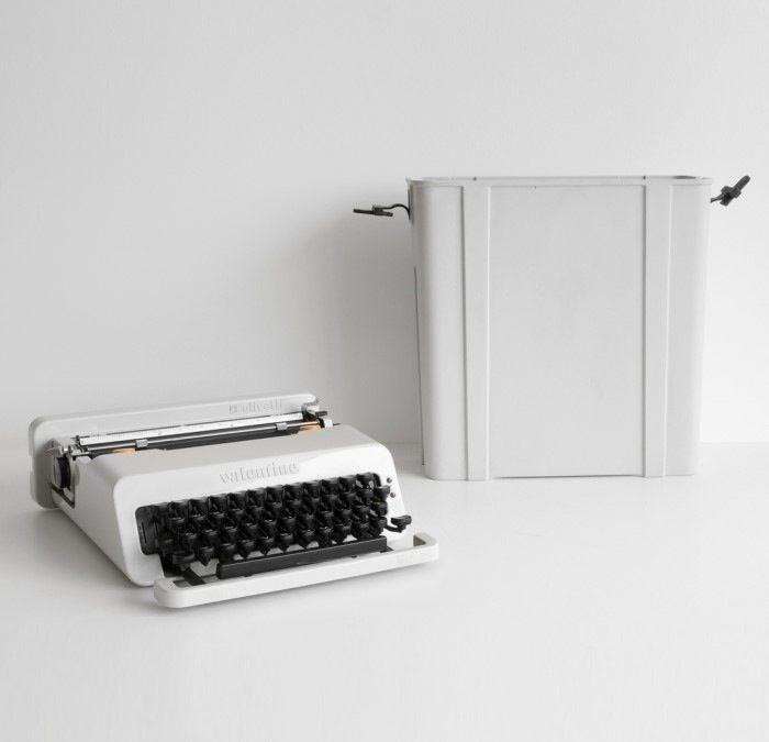 """올리베티 발렌타인 타자기(OLIVETTI VALENTINE)    1969년 """"anti-machine machine""""을 개념으로 하여 사무실을 제외한 어디서나 어울리는 타자기를 만들고자 했던 에코레 솟사스와 페리 킹 (Perry A. King)은 소재에서나 그 디자인에서 확연히 고전 타자기와 그 선을 긋는 기념비적인 타자기를 만들어 냅니다.   기존의 시각을 바꾸고 새로운 소재의 타자기에 대한 역사를 여는 중요한 전환점을 이루어 낸 명품타자기입니다.   아쉽게도 발렌틴이 준 강렬한 느낌에 반해 이후 등장하는 플라스틱 바디의 타자기들은 무미건조하고 사무기능에만 초점이 맞춰져 버린 도구로서 전락을 해버립니다.   더이상의 이전 앤틱타자기들이 보여주었던 아름다움도 헤르메스 같은 타자기가 보여주었던 정교함도 없어진 타자기들은 그렇게 소멸의 길을 걸어가게 되죠. 그래서 어떤 타자기수집가는 이 올리베티 발렌타인을 수동타자기 역사의 마지막이라고 부르고 있습니다."""