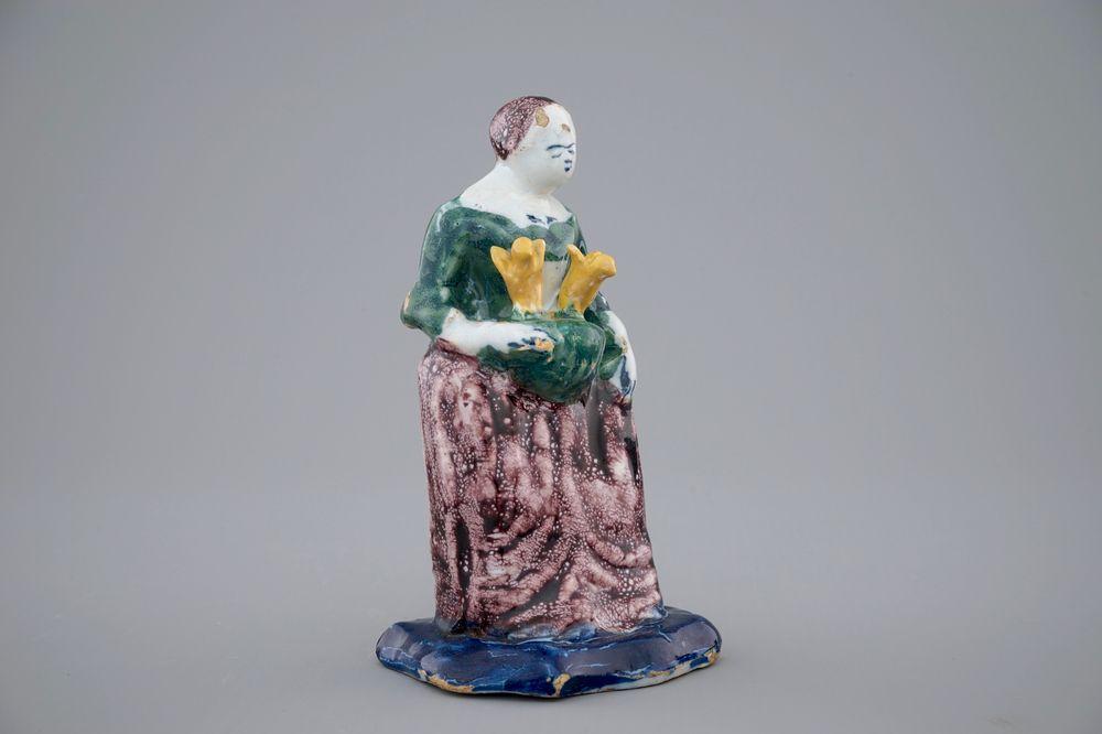 Een polychroom Delfts aardewerken vrouwtje, 18e eeuw