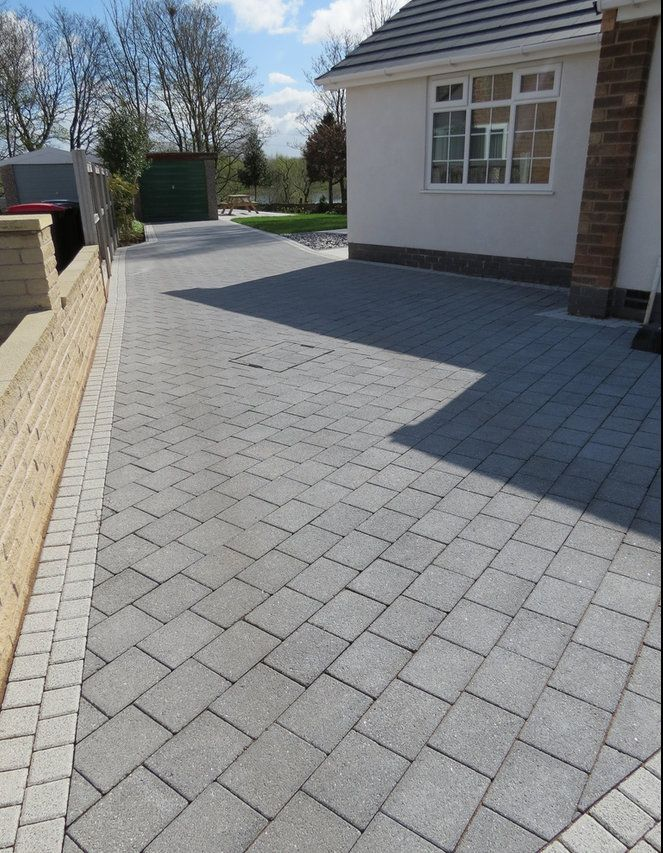 Grey block paving google search simbithi exteriors for Terrassement entree maison